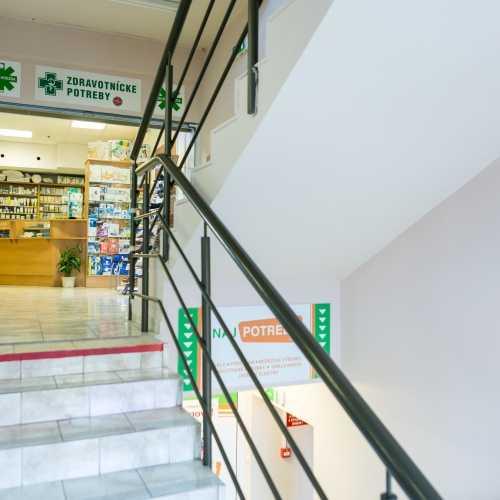Vchod do predajne zdravotnikckych pomôcok Adrika v budove
